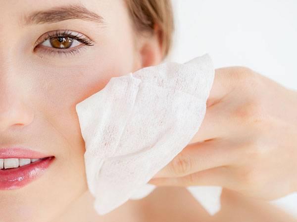 Tẩy trang la bước đầu tiên trong 7 bước chăm sóc da mặt