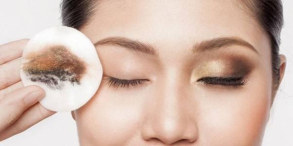 Quên tẩy trang dễ gây ra tình trạng mụn và lỗ chân lông to