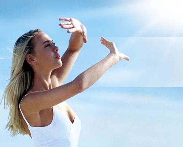 Tiếp xúc ánh nắng mặt trời ảnh hưởng nhiều đến làn da thúc đẩy nhanh quá trình lão hóa da