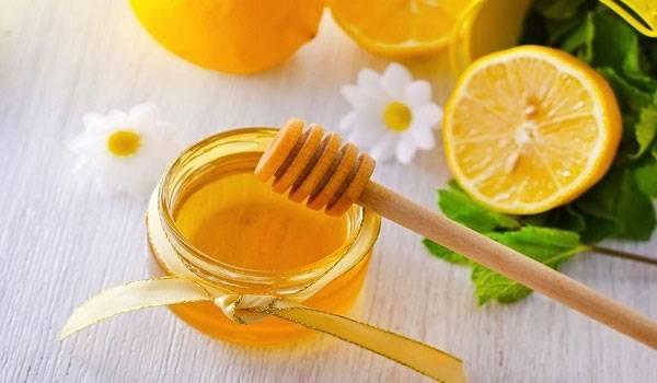 Mật ong chứa nhiều thành phần dinh dưỡng có tác dụng giảm nếp nhăn, trẻ hóa da mặt tại nhà