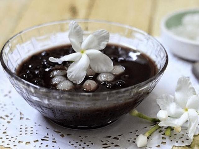 Chè đậu đen là thức uống giảm cân tốt nhưng bạn tránh cho đường làm phản tác dụng