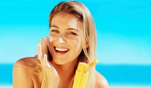 Thoa kem chống nắng bảo vệ da trước các tia UV đồng thời cải thiện da xỉn màu sần sùi