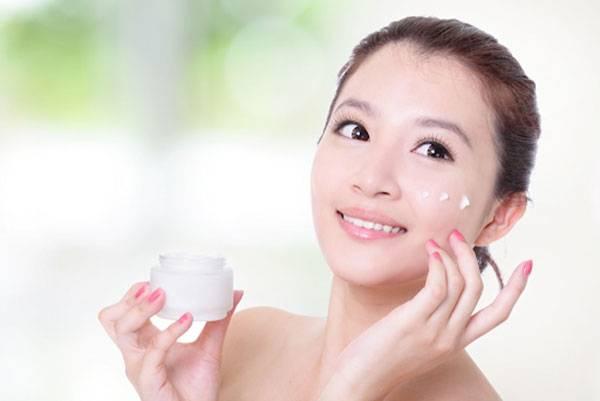 Sử dụng kem dưỡng da cả ban ngày và ban đêm