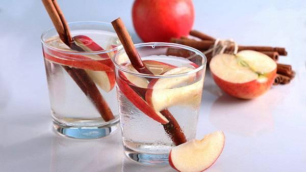 Nước detox từ táo và quế hỗ trợ trị mụn và trẻ hóa da mặt tại nhà