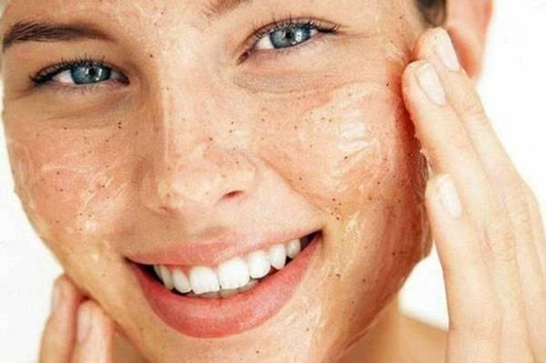 Mỗi tuần tẩy tế bào chết 1-2 lần cải thiện da bị khô và bong tróc