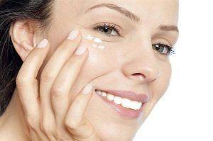 Sử dụng kem dưỡng mắt chuyên dụng