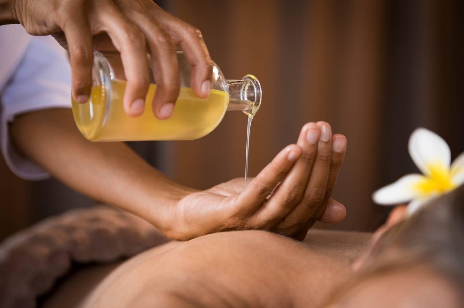 Massage giảm mỡ bụng bằng dầu dừa