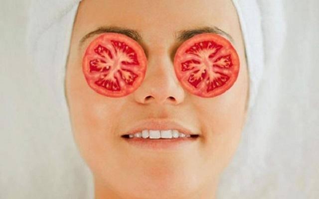 Đắp cà chua trị quầng thâm mắt