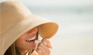 Dùng son chống nắng giúp bảo vệ môi