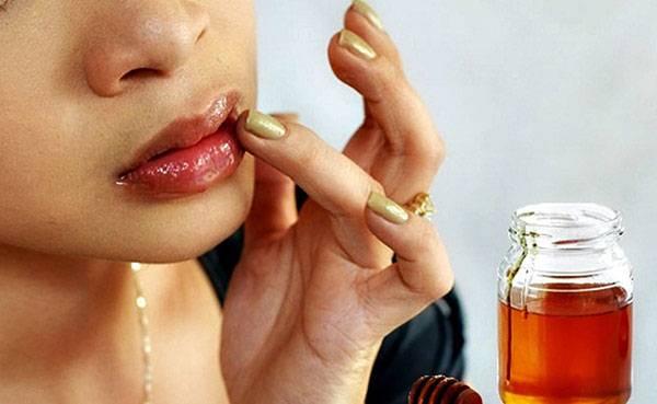 Trị môi khô bằng mật ong
