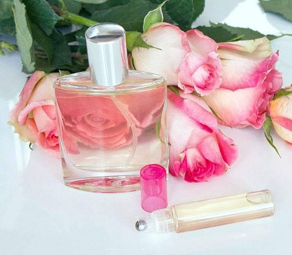 Nước hoa hồng vừa giúp dưỡng ẩm vừa giúp trị quầng thâm mắt hiệu quả