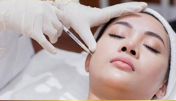 Khách hàng thực hiện căng da mặt bằng chỉ Collagen Gold Fiber